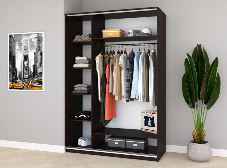 Komfort - trijų durų spintos vidus. Spinta su veidrodziu ir stumdomimis durimis, 150 cm plocio - tamsiai rudos vengespalvos