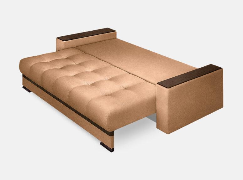 Šviesiai rudos spalvos išskleista sofa lova su mediniais porankiais ir patalynes dėže Nikoletti