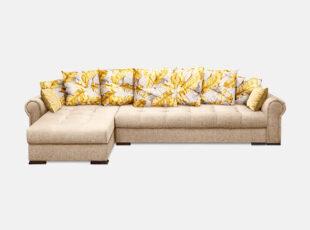 Šviesiai rudos spalvos minkštasis kampas su dekoratyvinėmis pagalvėlėmis su geltonomis plunksnomis