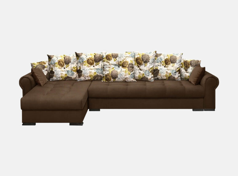 tamsiai rudos spalvos didelis minkštasis kampas su gėlių raštais puoštomis dekoratyvinėmis pagalvėmis