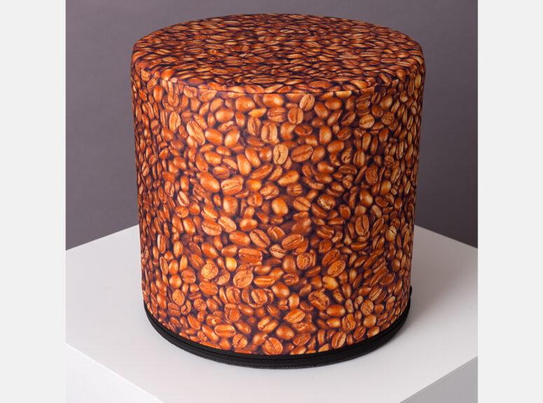 zaismingo dizaino spalvingas pufas su kavos pupeliu rastais
