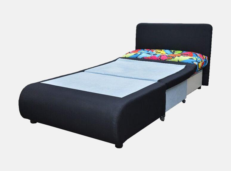 Juodos spalvos miegamasis fotelis Kubuš, puoštas ryškiais grafitti raštais. Fotelis su patalynės dėže