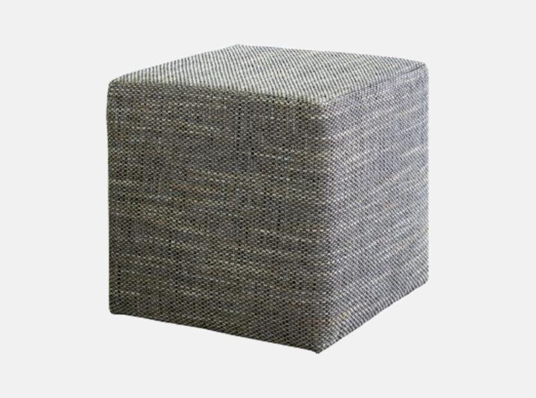 Šviesiai pilkos spalvos kvadratinis pufas, pagamintas iš kokybiško gobeleno