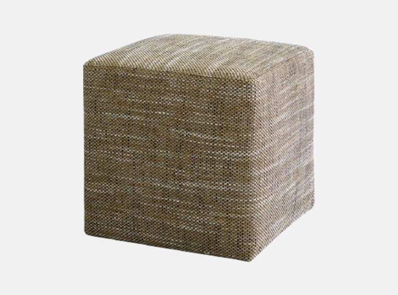 Smėlio spalvos kvadratinis pufas, pagamintas iš kokybiško gobeleno
