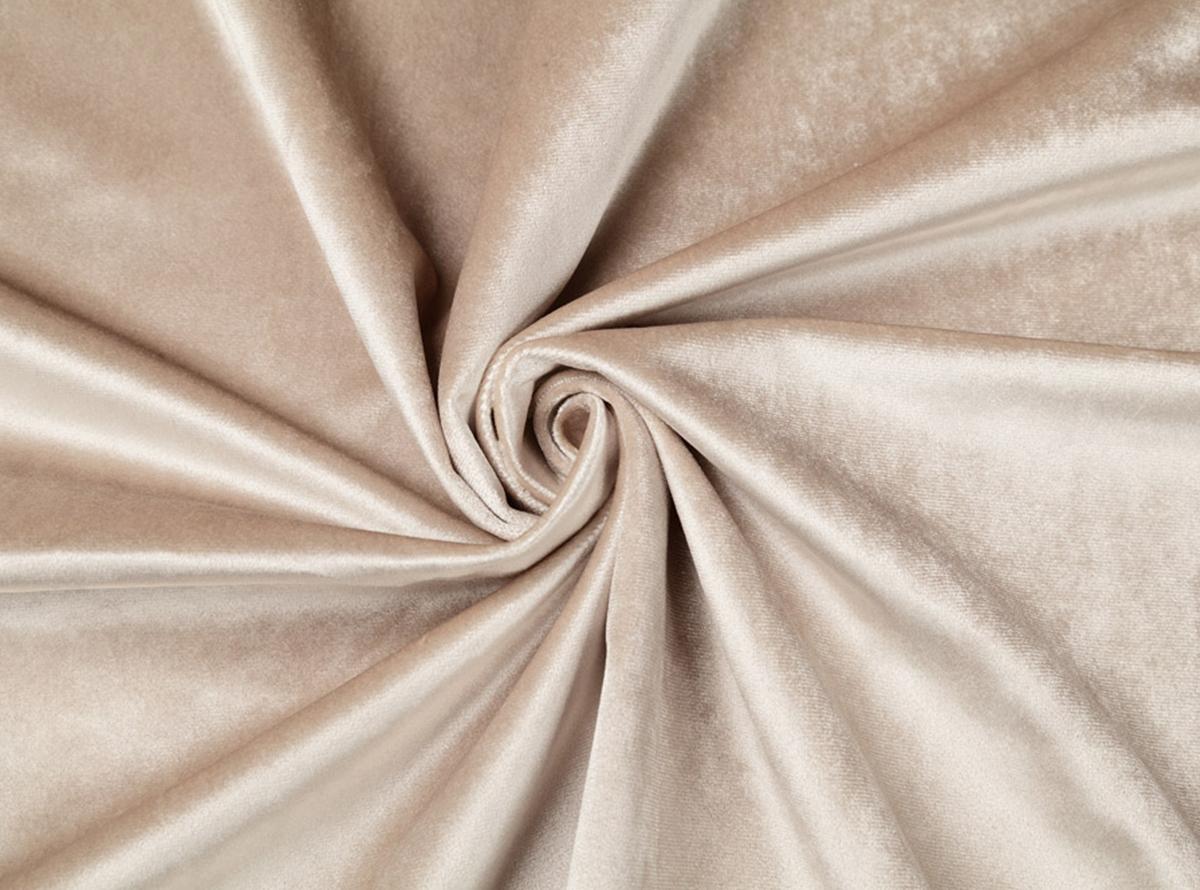 Smėlinės spalvos švelnus veliūras gražiai atrodys ant jūsų naujosios lovos