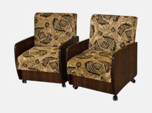 Senovinio stiliaus mediniai rudos spalvos ir žalio raštuoto audinio svetainės foteliai su ratukais