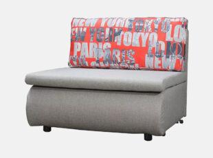 Pilkos spalvos miegamasis fotelis su raudonos spalvos pagalve, miegojimo funkcija ir patalynės dėže