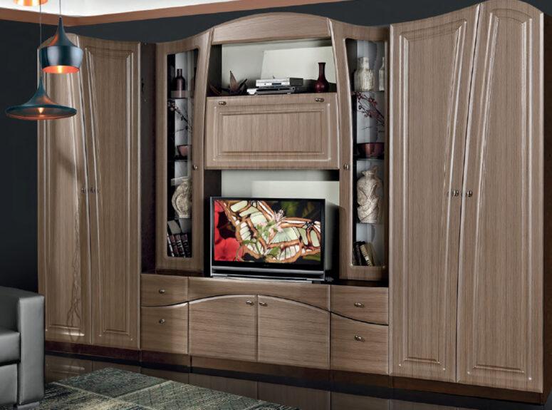 Ypač didelė, erdvi, senovinio stiliaus, rudos spalvos svetainės sekcija Nikolė su spintomis, vitrinomis ir stalčiais bei vieta televizoriui