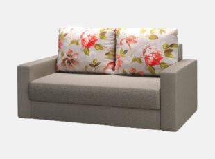 Pilkos spalvos dvivietis miegamasis fotelis su gėlėtais raštais dekoruotomis pagalvėmis, miegojimo funkcija ir patalynės dėže