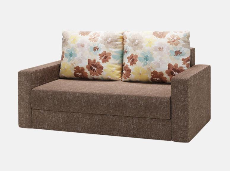 Rudos spalvos miegamasis dvivietis foteliukas su spalvotų gėlių raštais puoštomis pagalvėmis bei patalynės dėže