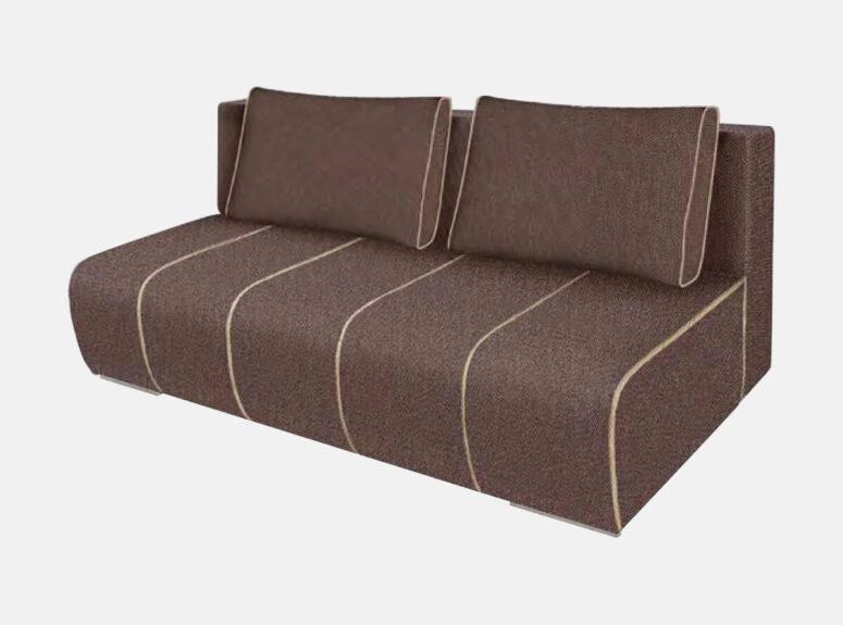 Šiuolaikiško dizaino rudos spalvos sofa-lova su dekoratyvinėmis pagalvėlėmis ir šviesiomis siūlėmis. Sofa su patalynės dėže