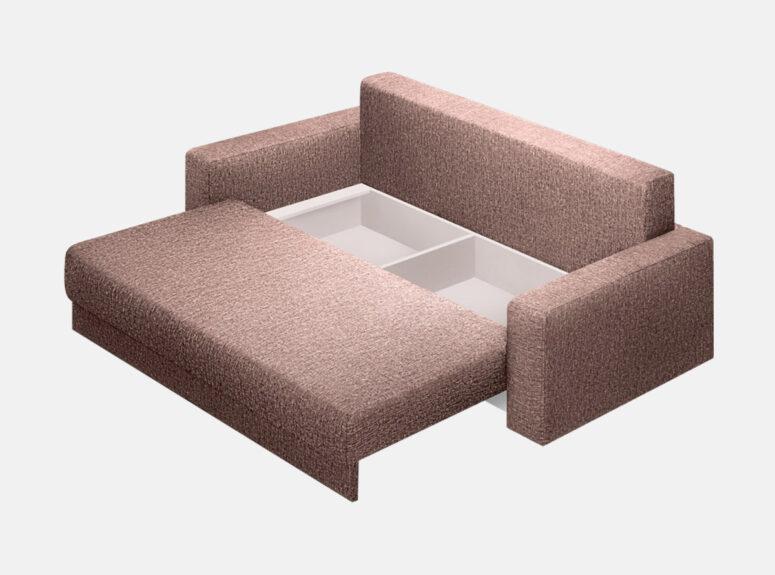 Pilkos spalvos stilinga sofa-lova su ruda veliūrine pagalve ir mažomis pagalvėlėmis. Sofa su miegojimo funkcija ir patalynės dėže