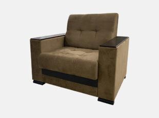 Serdžio - minkštas svetainės fotelis su rudos spalvos švelniu audiniu ir mediniais porankiais.