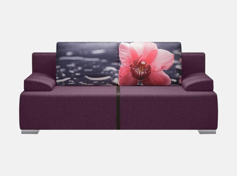 Siti violetinės spalvos sofa-lova su žaismingomis pagalvėmis su orchidėjos nuotrauka. Sofa lova su nuimamais porankiais, ypatingai plati sėdimoji dalis.