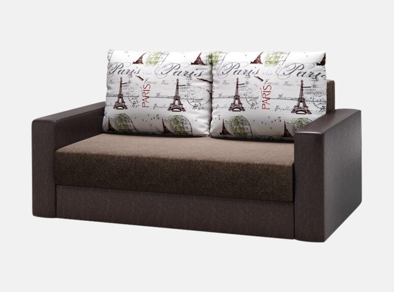 Tamsiai rudos spalvos miegamasis fotelis su Paryžiaus raštų pagalvėmis