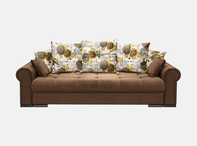 tamsiai rudos spalvos sofa-lova su gėlių raštais puoštomis dekoratyvinėmis pagalvėmis