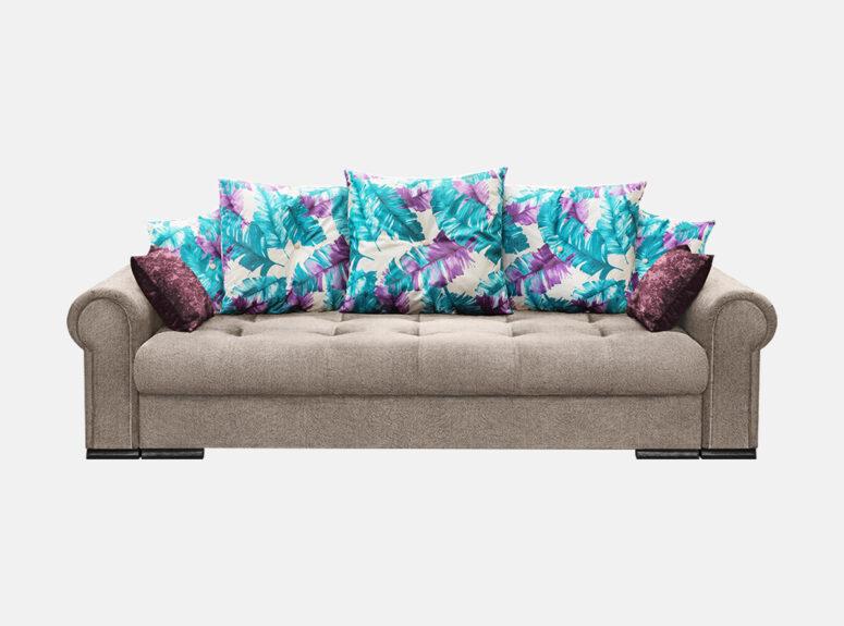 Pilkos spalvos sofa lova su spalvotomis ryškiomis pagalvėmis ir veliūrinėmis pagalvėlėmis. Sofa su patalynės dėže
