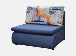 Mėlynos spalvos miegamasis fotelis su spalvota ryškia pagalve