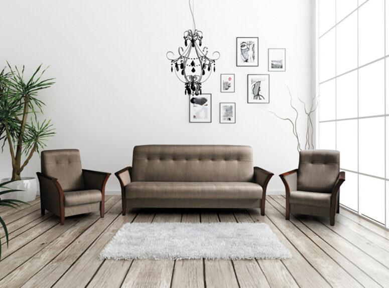 Roko minkštų baldų komplektas, sudarytas iš rudos spalvos sofos lovos su patalynės dėže ir dviejų fotelių
