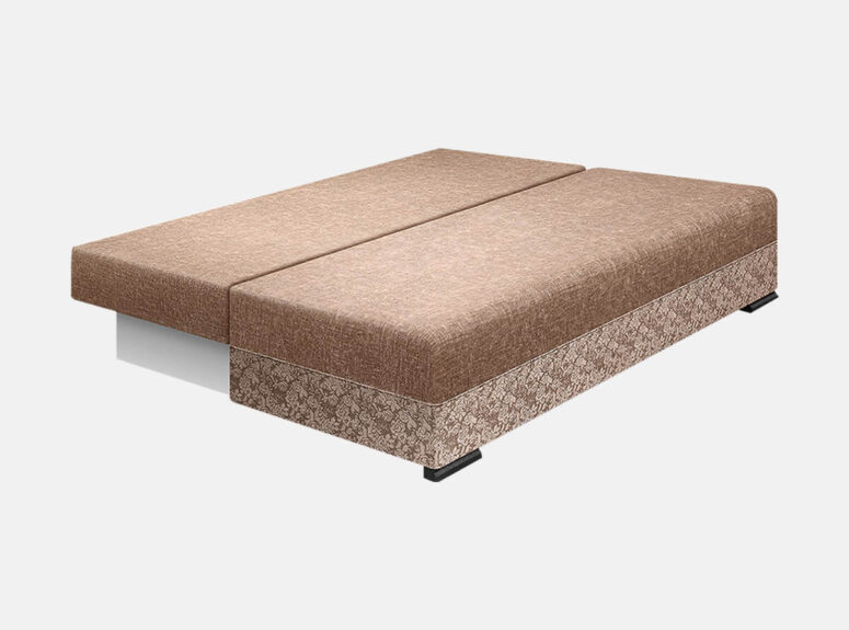 Bravo - šviesiai rudos spalvos stilinga sofa lova su nuimamais porankiais ir medinėmis kojelėmis. Sofa su miegojimo funkcija