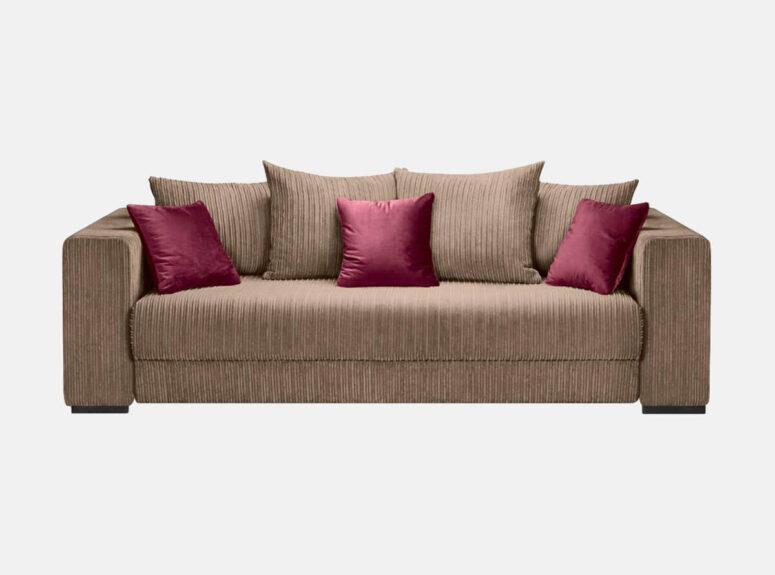 Didelė erdvi sofa-lova, pagaminta ių velvetinio šviesaus audinio, su dekoratyvinėmis pagalvėlėmis