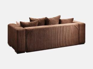Didelė erdvi rudos spalvos sofa-lova, pagaminta ių velvetinio šviesaus audinio, sofos nugarinė dalis iš vientiso audinio