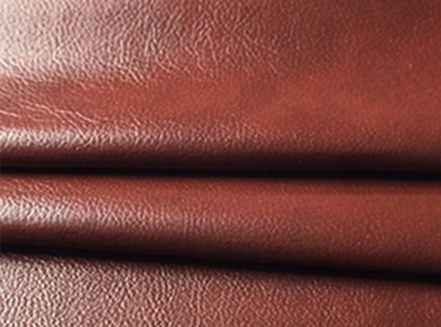 Bordo spalvos blizgi eko oda su tekstūra