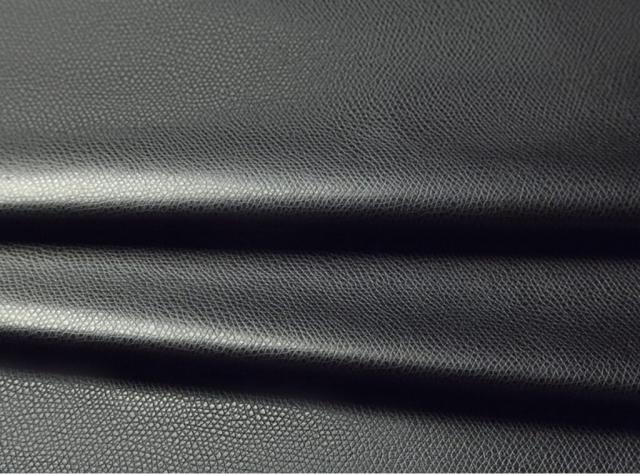 Juodos spalvos eko oda su tekstūra