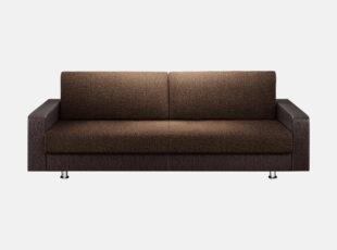 Tamsiai rudos spalvos sofa-lova su patalynės dėže ir plačia miegamąja dalimi, su metalinėmis kojelėmis ir eko odos porankiais