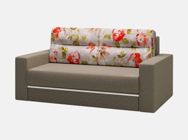 Pilkos spalvos miegamasis fotelis su gėlių raštais puoštomis pagalvėlmis