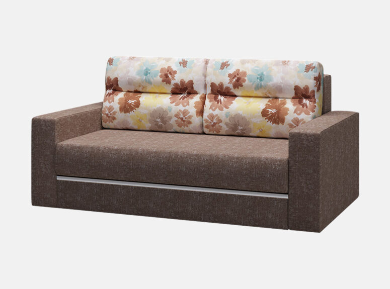 Rudos spalvos sofa lova su gelėtų raštų pagalvėmis