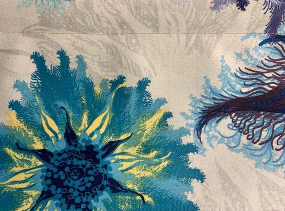 Švelnus gobelenas su spalvotais stambių mėlynų gėlių raštais