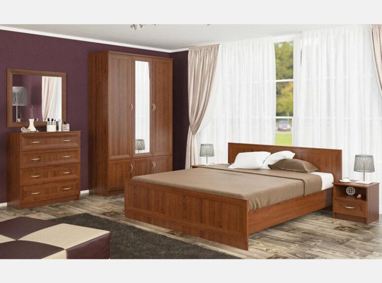 Kaštono spalvos miegamojo komplektas, kurį sudaro lova, dvi naktinės spintelės, trijų durų spinta, keturių stalčių komoda ir veidrodis