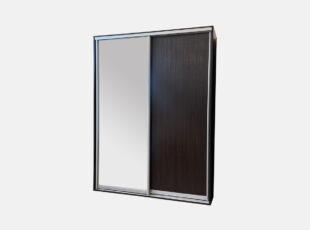 Dviejų stumdomų durų, tamsiai rudos spalvos spinta su veidrodžiu