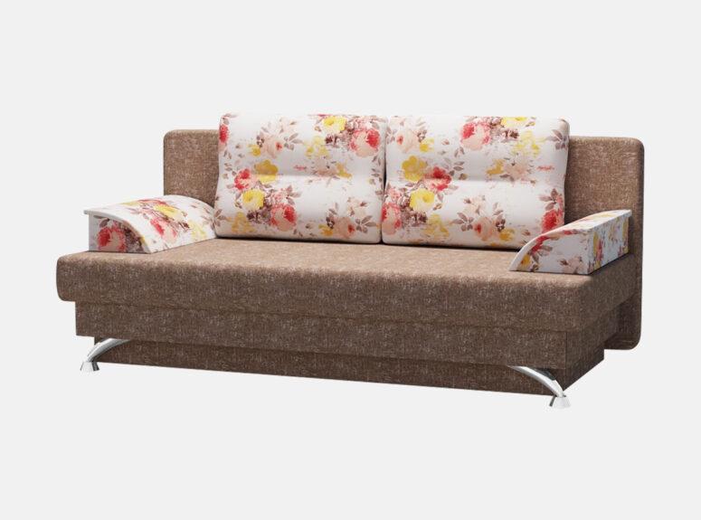 Stilinga dvivietė rudos spalvos sofa lova su ryškiomis gėlėmis dekoruotomis pagalvėmis ir nuimamais porankiais. Sofa-lova su kojelėmis