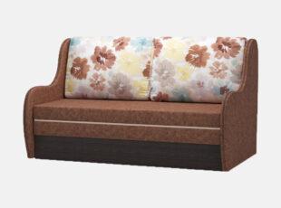 Rudos spalvos miegamasis fotelis su gėlėtais raštais puoštomis pagalvėmis, patalynės dėže ir miegojimo funkcija
