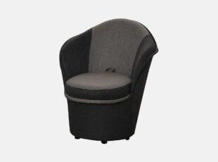 Tamsiai pilkos spalvos mažas svetainės fotelis Patryk su daiktadėže ir ratukais.
