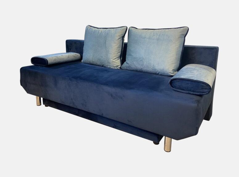 Mėlynos spalvos, daili, maža lietuvių gamybos svetainės sofa-lova su žydromis pagalvėlėmis ir nuimamais porankiais
