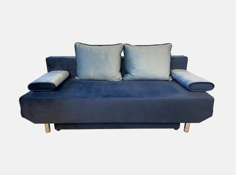 Mėlynos spalvos, daili, maža, lietuvių gamybos svetainės sofa-lova su žydromis pagalvėlėmis ir nuimamais porankiais