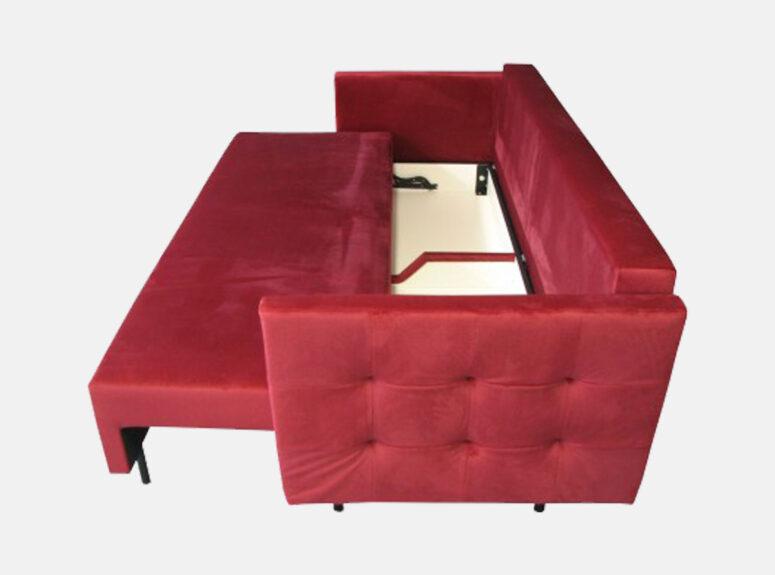 Raudonos spalvos lietuvių gamybos sofa lova, pagaminta iš aukščiausios kokybės veliūrinio audinio. Sofa su miegojimo funkcija ir patalynės dėže