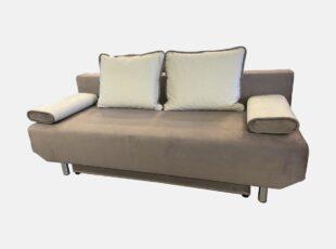Smėlio spalvos, daili, maža svetainės sofa-lova su šviesiomis pagalvėlėmis ir nuimamais porankiais