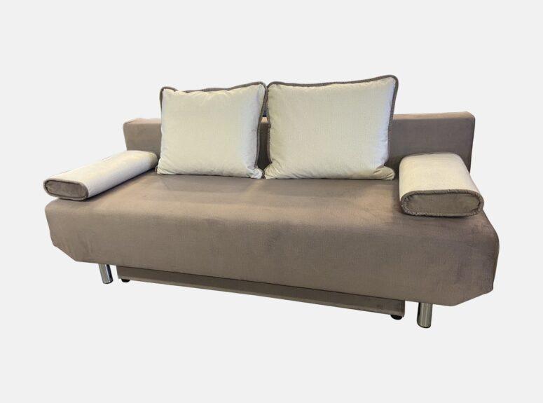 Smėlio spalvos, daili, maža lietuvių gamybos svetainės sofa-lova su šviesiomis pagalvėlėmis ir nuimamais porankiais