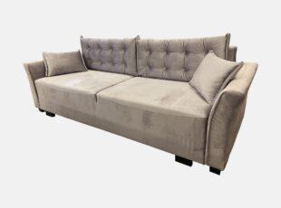 Smėlio spalvos elegantiško dizaino sofa-lova su dygsniuotomis pagalvėmis ir mažomis dekoratyvinėmis pagalvėlėmis. Sofa su miegojimo funkcija ir patalynės dėže