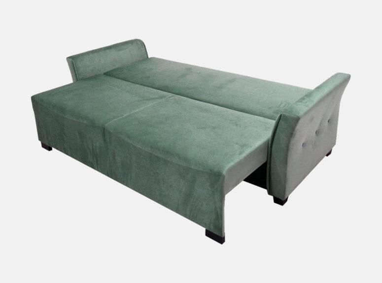 Žalios spalvos elegantiško dizaino lietuvių gamybos sofa-lova su dygsniuotomis pagalvėmis ir mažomis dekoratyvinėmis pagalvėlėmis. Sofa su miegojimo funkcija ir patalynės dėže