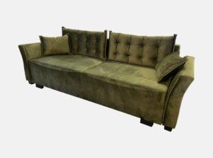 Žalios sąmanų spalvos elegantiško dizaino sofa-lova su dygsniuotomis pagalvėmis ir mažomis dekoratyvinėmis pagalvėlėmis. Sofa su miegojimo funkcija ir patalynės dėže