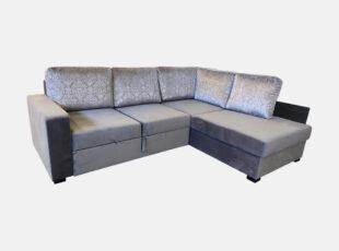 Įspūdingo dizaino, žvilgančio pilkos spalvos veliūrinio audinio minkštas kampas su klasikinio stiliaus raštais puoštomis pagalvėmis ir neaukštomis kojelėmis