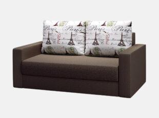 Tamsiai rudos spalvos miegamasis fotelis su Paryžiaus raštais puoštomis pagalvėmis
