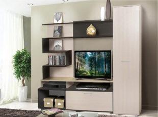 Modernaus dizaino didelė svetainės sekcija, šviesiai rudos ir tamsiai rudos spalvų derinio