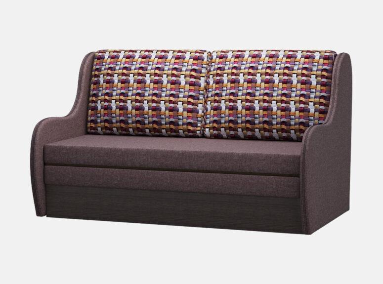 Rudos spalvos miegamasis fotelis su raštuotomis pagalvėmis